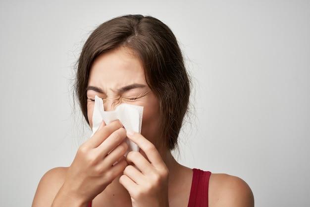 Mulher limpa o nariz com um lenço para problemas de saúde