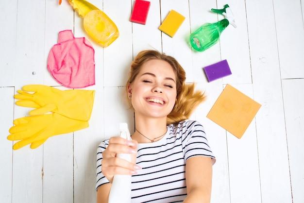 Mulher limpando o apartamento de fundo claro