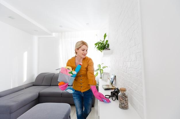 Mulher limpando o balcão na cozinha