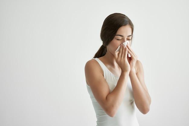 Mulher limpando o nariz com um lenço, vírus alérgico, problemas de saúde
