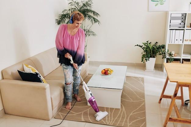 Mulher limpando o quarto