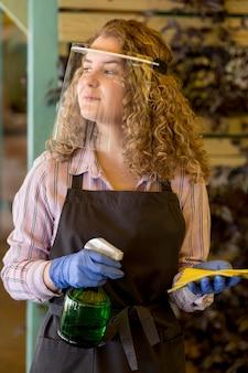 Mulher limpando proteção facial