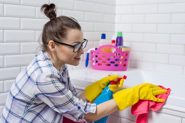 Mulher, limpeza, banheira, com, um, pano