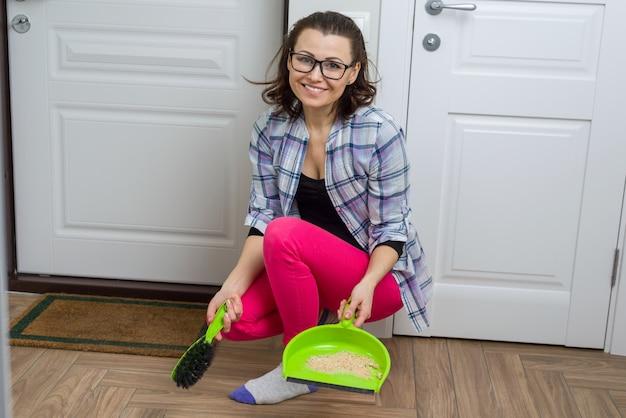 Mulher, limpeza, chão, com, vassoura, e, panela poeira