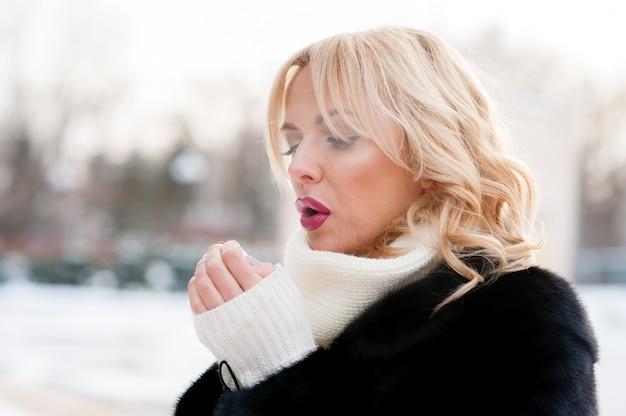 Mulher linda, aquece as mãos, inverno, loira