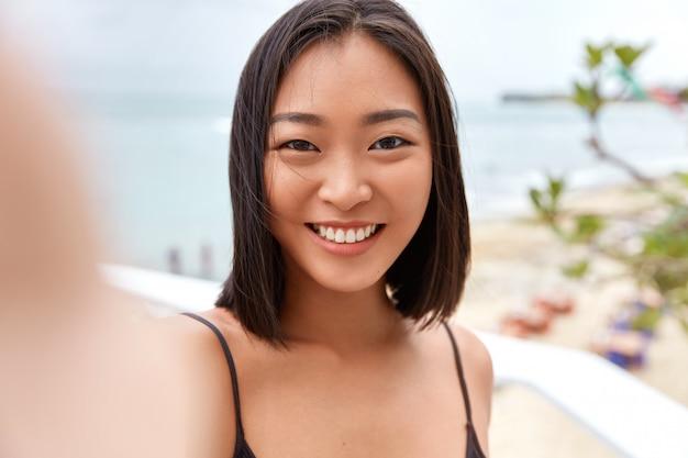 Mulher linda asiática fazendo uma selfie