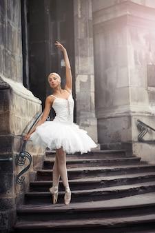 Mulher linda balé na escada