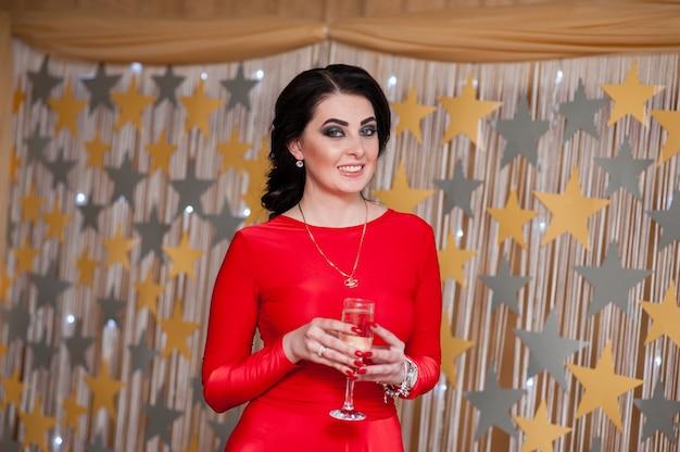 Mulher linda bebendo champanhe