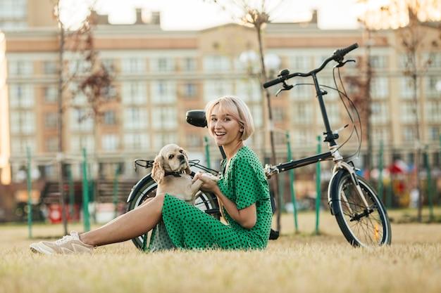 Mulher linda brincando com cachorro fofo