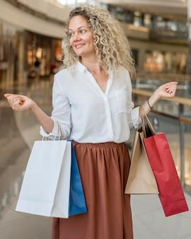 Mulher linda carregando sacolas de compras