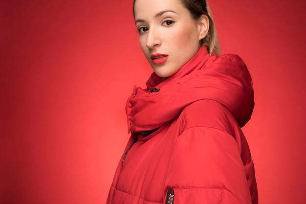 Mulher linda com casaco de inverno vermelho