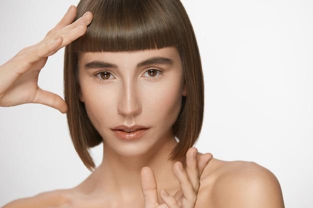 Mulher linda com franja reta perfeita, modelo lindo com cabelo curto, lábios brilhantes e maquiagem diária natural