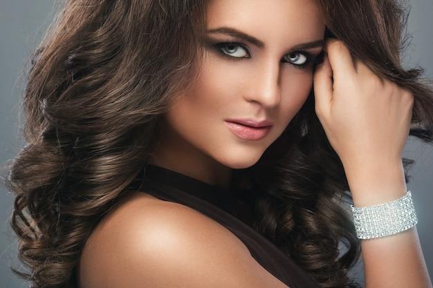 Mulher linda com penteado e maquiagem linda