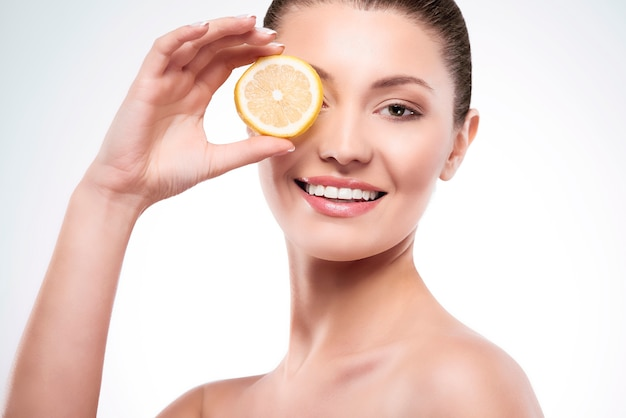 Mulher linda com rodela de limão
