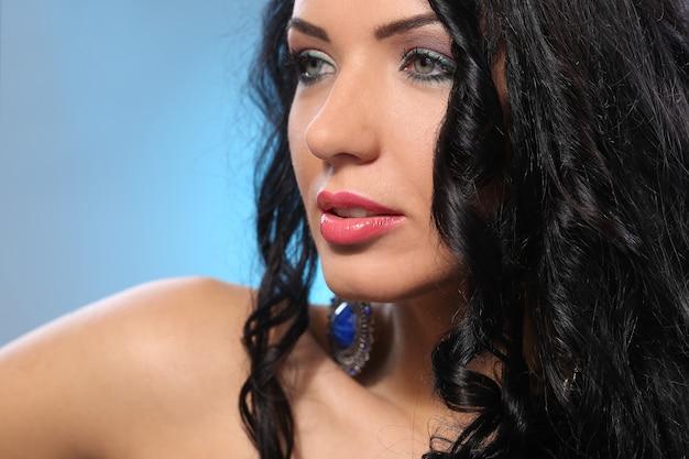 Mulher linda com rosto bonito e maquiagem