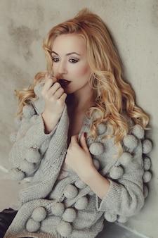Mulher linda com suéter cinza