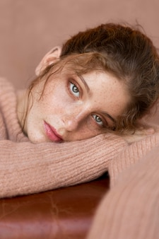 Mulher linda com suéter rosa