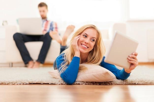 Mulher linda com tablet digital em casa