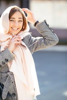 Mulher linda com um casaco posando na rua
