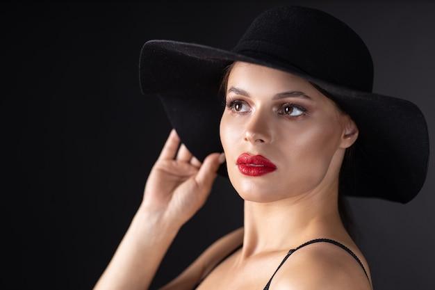 Mulher linda com um chapéu preto