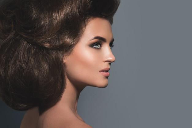 Mulher linda com um lindo penteado e maquiagem