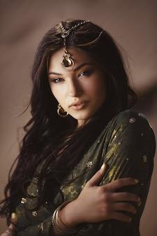 Mulher linda com vestido egípcio