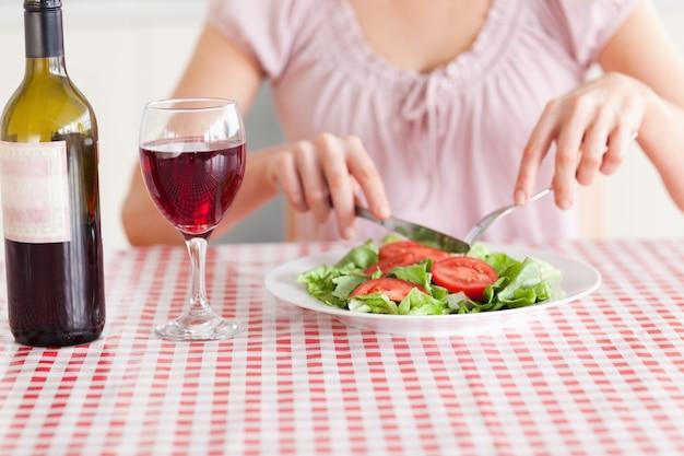 Mulher linda comendo e bebendo vinho