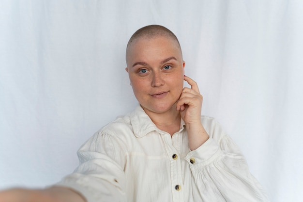 Mulher linda e forte lutando contra o câncer de mama