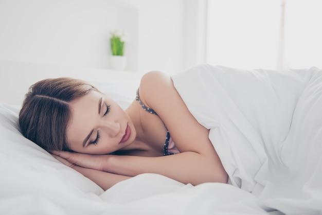 Mulher linda em casa dormindo