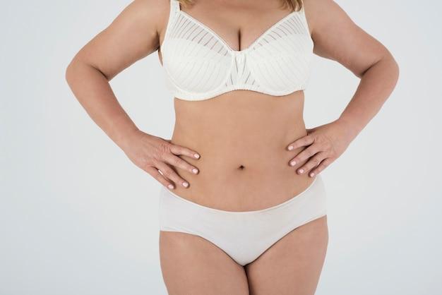 Mulher linda em lingerie orgulhosa de seu corpo