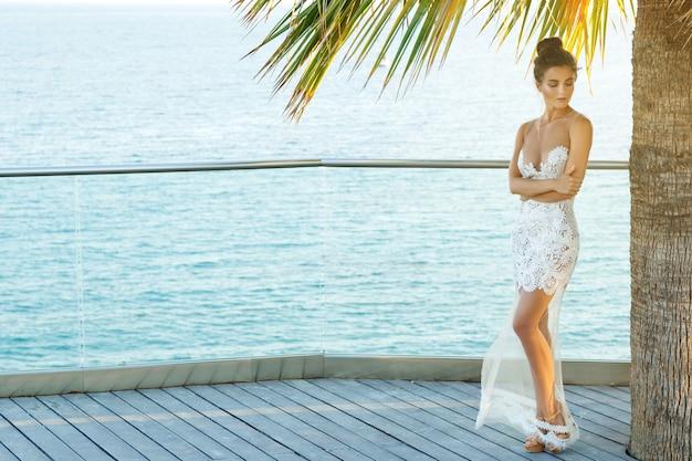 Mulher linda em um lindo vestido branco