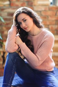 Mulher linda em um suéter