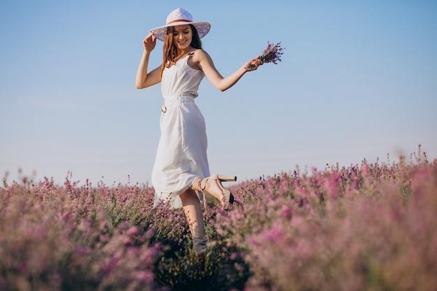 Mulher linda em um vestido branco em um campo de lavanda