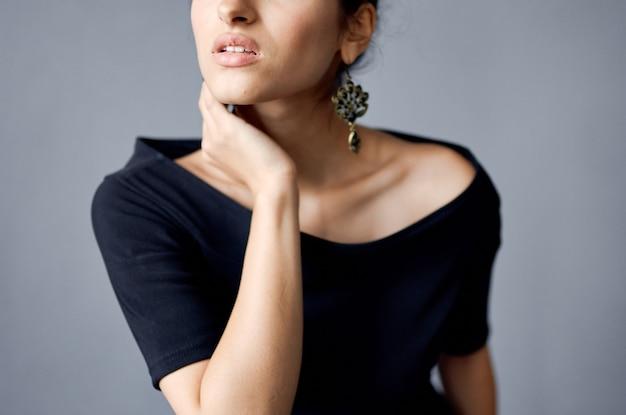 Mulher linda em um vestido preto de luxo moda fundo escuro