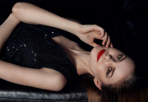 Mulher linda em um vestido preto, moda, estilo de vida, fundo isolado