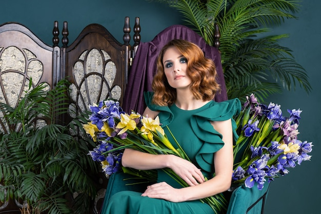 Mulher linda em um vestido verde