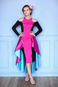 Mulher linda em vestido colorido