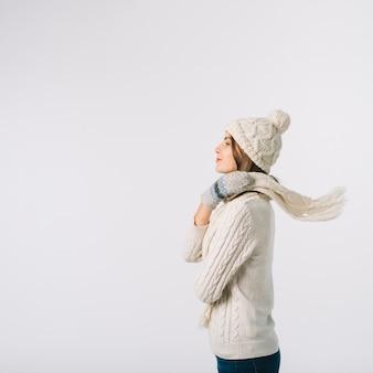 Mulher linda, envolvendo o lenço no pescoço