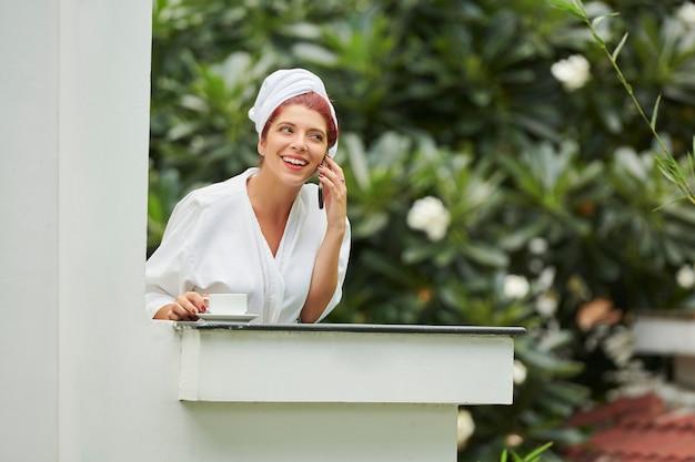 Mulher linda falando no telefone de manhã