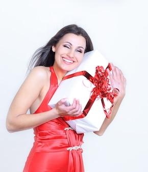 Mulher linda feliz abraçando um presente para ela