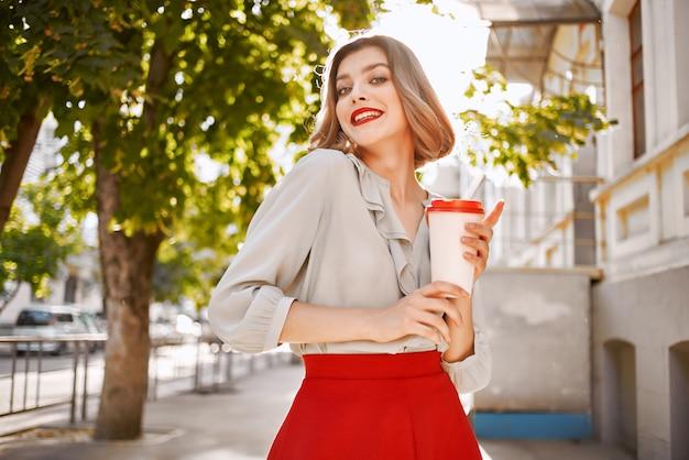 Mulher linda lábios vermelhos encantar cidade caminhada entretenimento