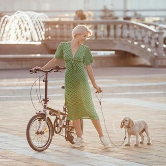 Mulher linda levando seu cachorro fofo