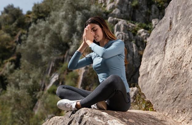 Mulher linda meditando ao ar livre