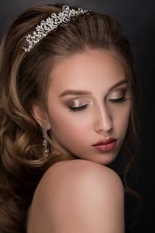 Mulher linda modelo com penteado ondulado