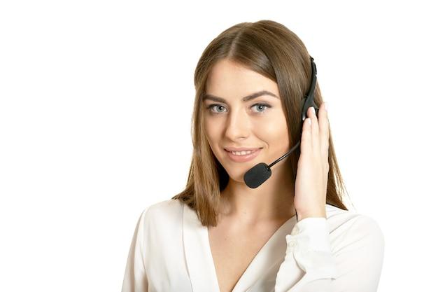 Mulher linda operadora de atendimento ao cliente com fone de ouvido, isolado no fundo branco