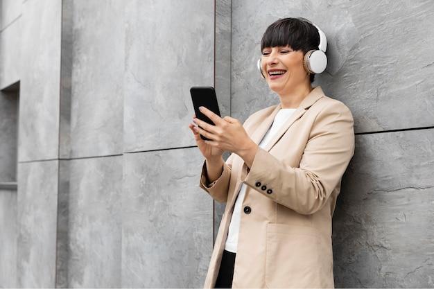 Mulher linda ouvindo música ao ar livre