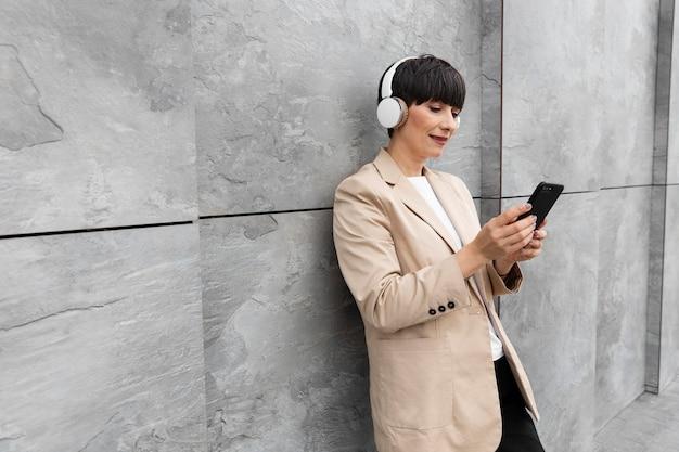 Mulher linda ouvindo musica