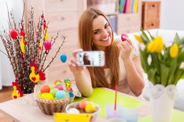 Mulher linda posando para uma foto com ovos de páscoa