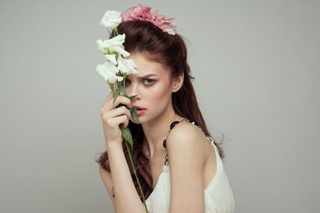 Mulher linda primavera concurso com flores na mesa