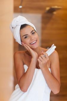 Mulher linda pronta para escovar os dentes